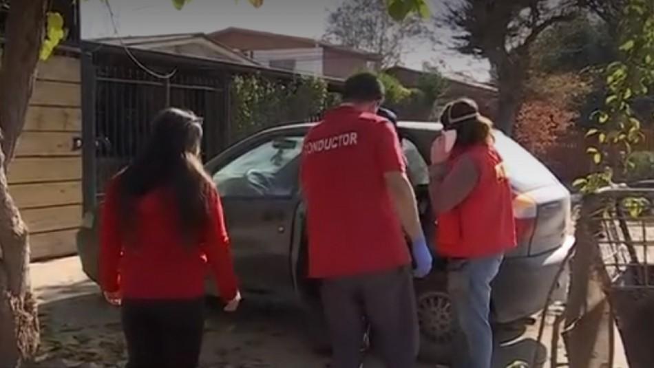 Mujer pasa su cuarentena en un auto.