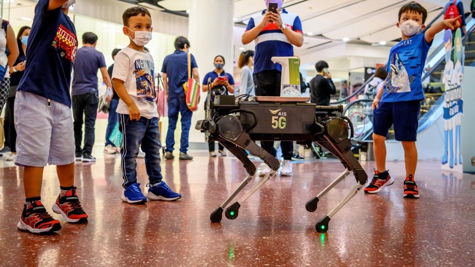 K9, el perro robot que reparte alcohol gel en un centro comercial de Tailandia