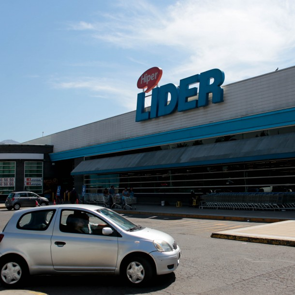 Walmart adelanta horario de cierre para 34 supermercados de la Región Metropolitana