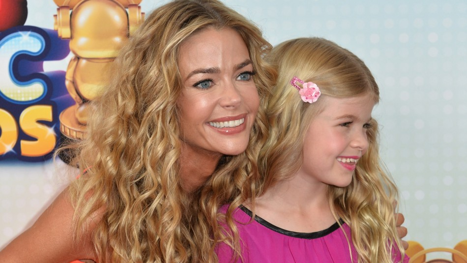 Hija menor de Denise Richards y Charlie Sheen cumplió 15 y es un clon de su madre