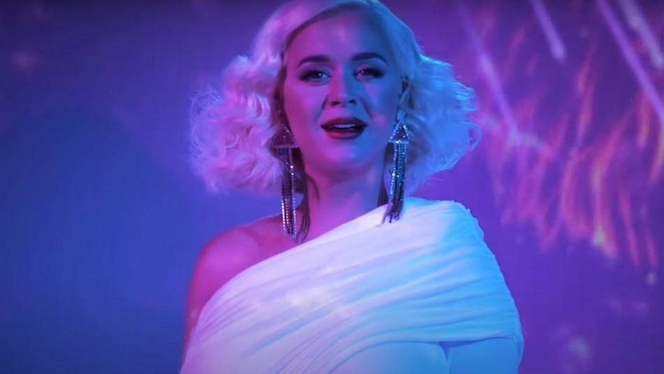Katy Perry muestra su avanzado embarazo con show en vivo