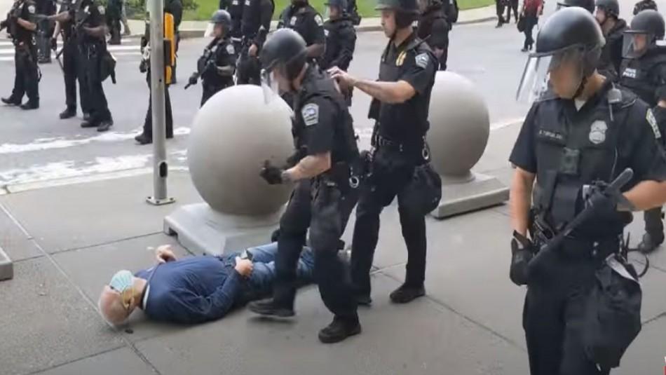 Donald Trump califica de montaje la caída de un manifestante empujado por policías