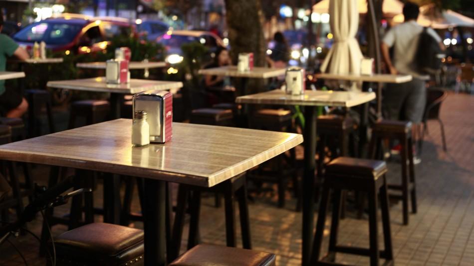 Barreras físicas y mesas distanciadas: Gobierno publica protocolo para reapertura de restaurants, cafés y comercio