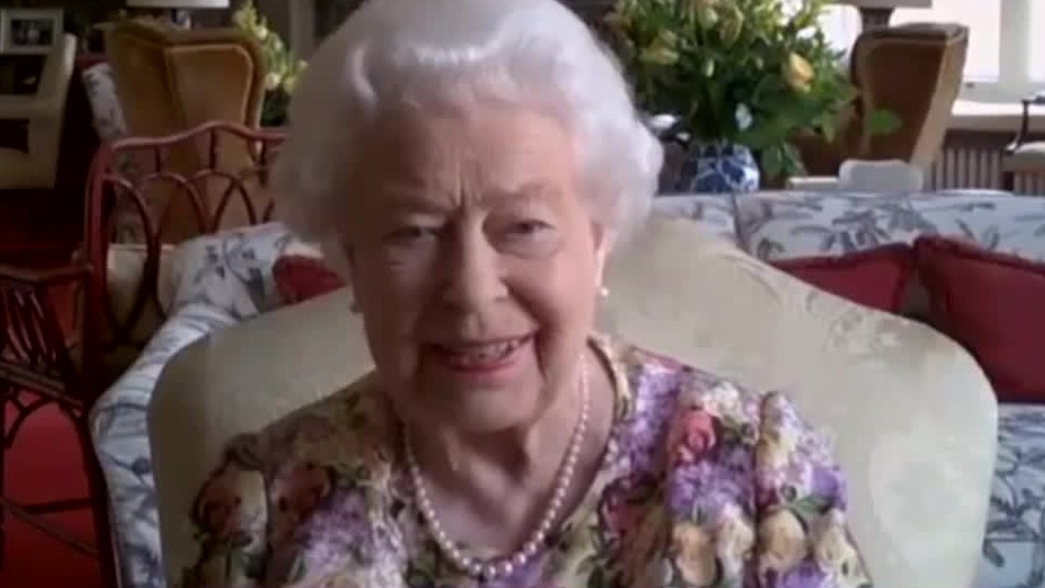 La reina Isabel II participa en su primera videollamada a los 94 años