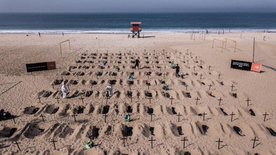 Cavan tumbas en Copacabana para honrar a los muertos por coronavirus en Brasil