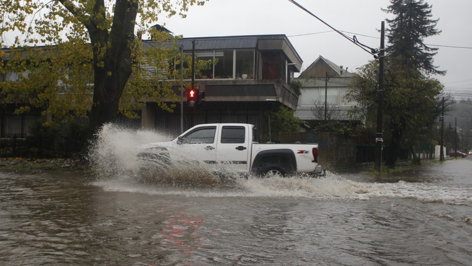 Videos muestran estragos del sistema frontal en el sur: Intensas lluvias llegarían a Santiago este viernes