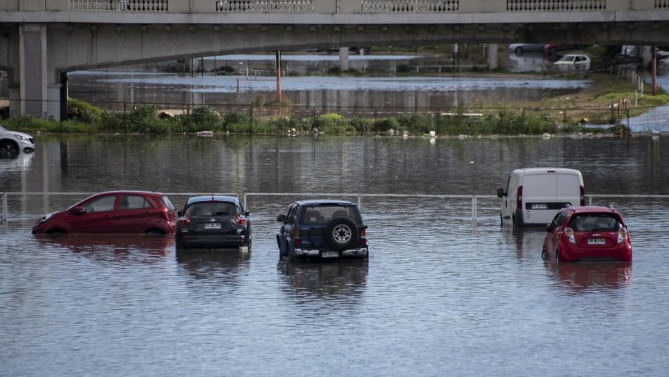 Vehículos quedan atrapados tras aumento del caudal del Estero Marga Marga en Viña del Mar