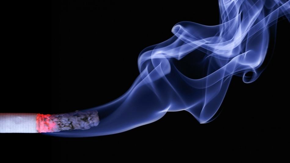 Estudio británico: La soledad conduciría a un aumento en el consumo de tabaco