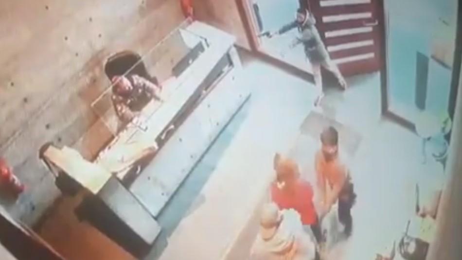 Video: Mujer intentó vender un iPhone 11 y supuesto comprador la asaltó en la recepción de su edificio