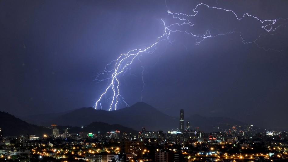 Aviso de tormenta eléctrica para Santiago: Fenómeno ocurriría entre Valparaíso y el Biobío