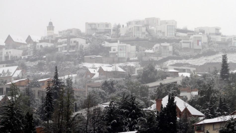Videos registran caída de nieve en sectores precordilleranos de la Región Metropolitana