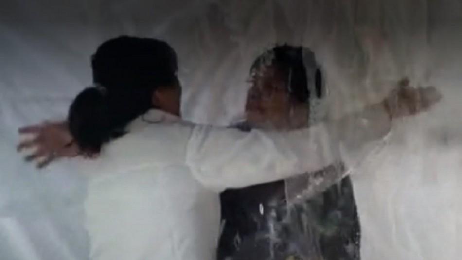 Temuco: Hija fabricó cabina para abrazar a sus padres que permanecen aislados por la pandemia