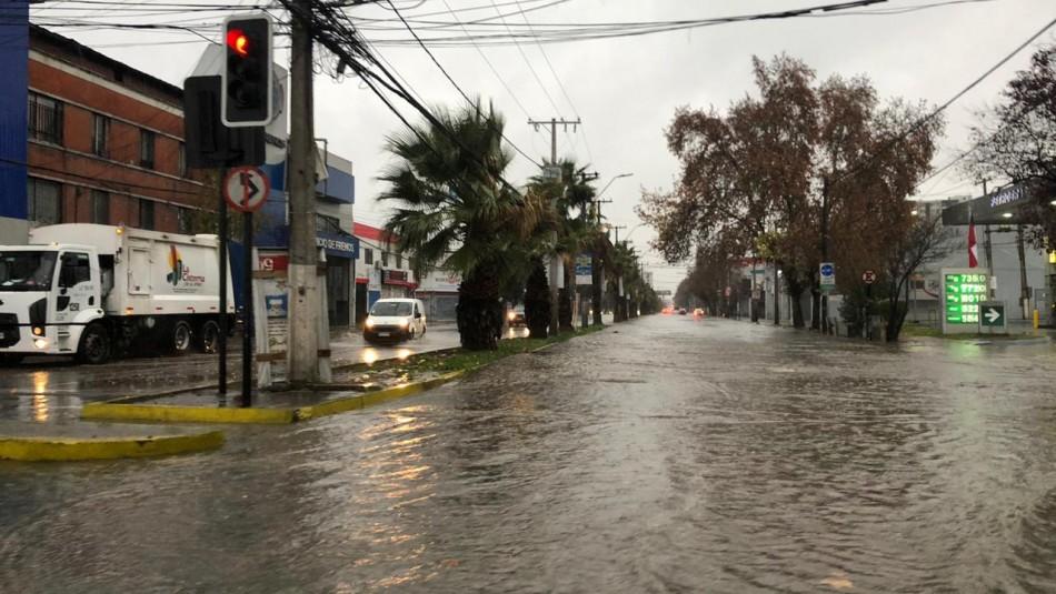 Los videos de las precipitaciones que se registran en Santiago y otras regiones del país