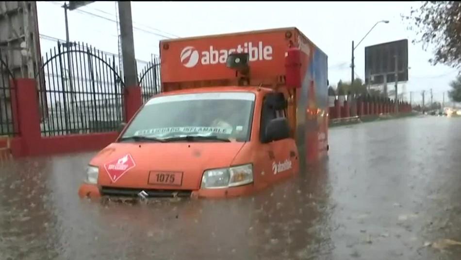 Estragos de la lluvia: Rescatan a conductores de camión y taxi inundados en Maipú