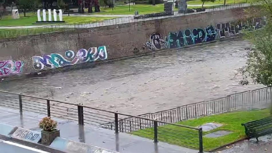 Lluvias en Santiago: Imágenes evidencian aumento en el caudal del río Mapocho