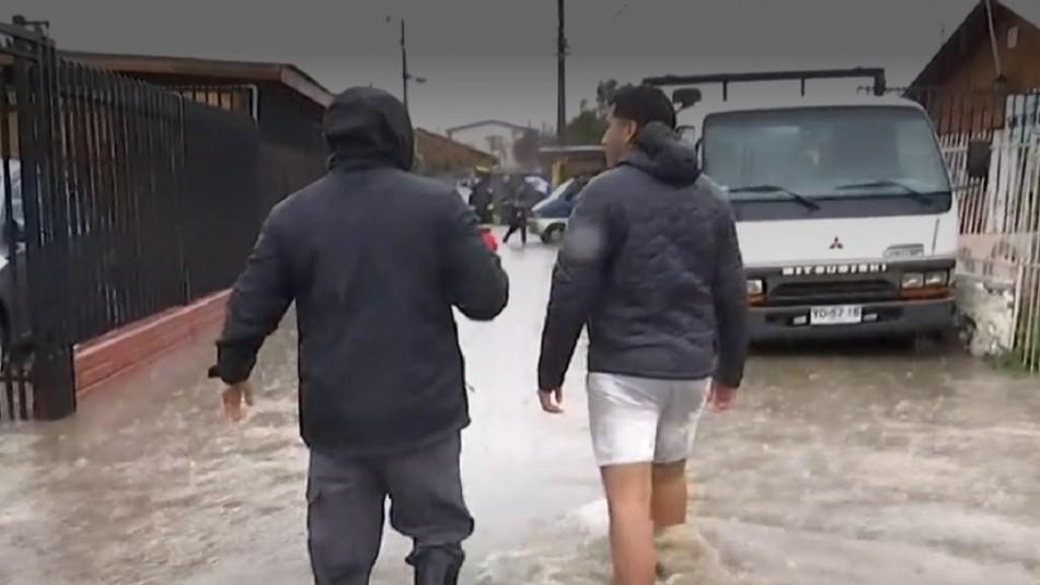 Lluvias en Santiago: Se inundan varias casas en un pasaje de la comuna de El Bosque