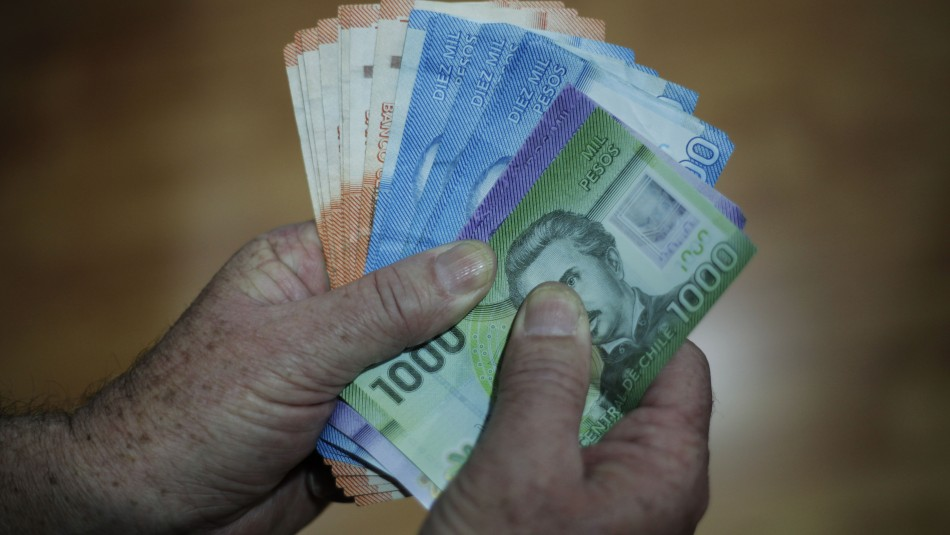 Retiro de fondos AFP: Un 74% de los chilenos está de acuerdo con proyecto que permite sacar un 10%