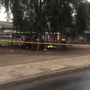 Tres personas murieron tras choque de automóvil contra un árbol en la capital
