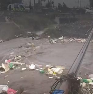 Canal Santa Marta en Maipú a punto de desbordarse por intensas lluvias en la capital