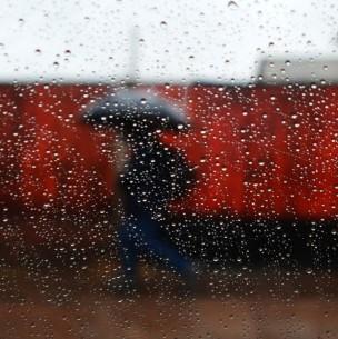 Lluvias en el país: Cuadrillas realizan trabajos de limpieza en la capital y hay corte de camino en región de O'Higgins