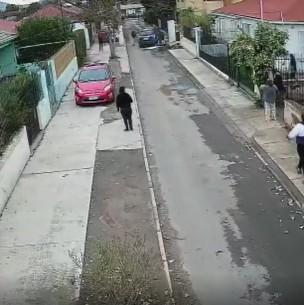 Video muestra violento portonazo en Recoleta: Derriban muro para robar auto desde el interior de una casa