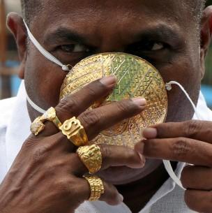 Hombre muestra la primera mascarilla hecha completamente de oro