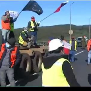 Trabajadores forestales cortan ruta en La Araucanía en protesta por ataques incendiarios