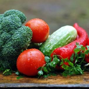Lavar envoltorios y dejar bajo el agua: La forma correcta de sanitizar frutas y verduras
