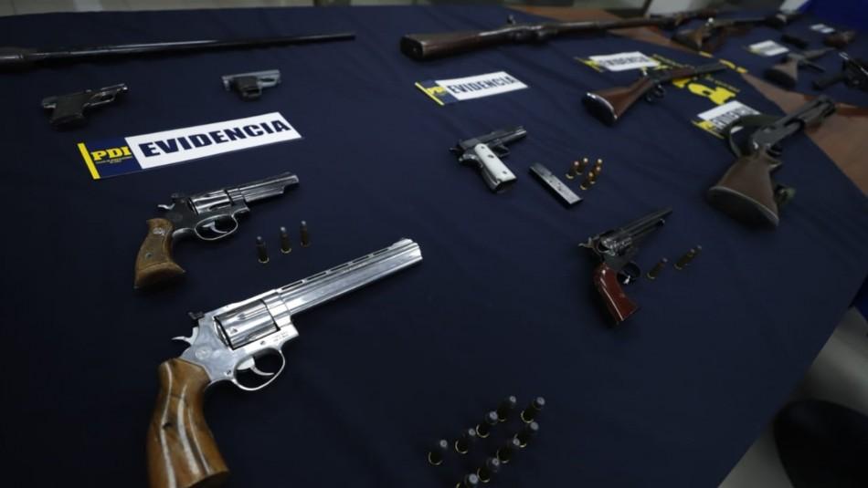 PDI incauta 50 armas de negocio ilícito en Santiago: Se incluye un fusil de guerra y ballesta