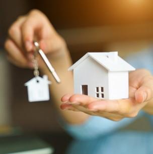 Beneficio para jefas de hogar: ¿Cómo acceder a la gratuidad en títulos de dominio?