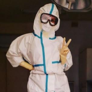 Enfermera sancionada por trabajar en ropa interior contra el coronavirus encontró llamativo trabajo