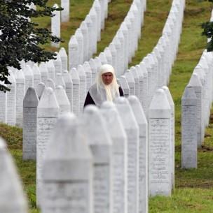 Musulmanes de Bosnia lloran a sus muertos 25 años después de la masacre de Srebrenica