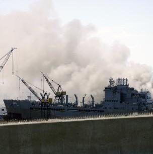 Buque de la Armada de EEUU se incendia tras una explosión a bordo