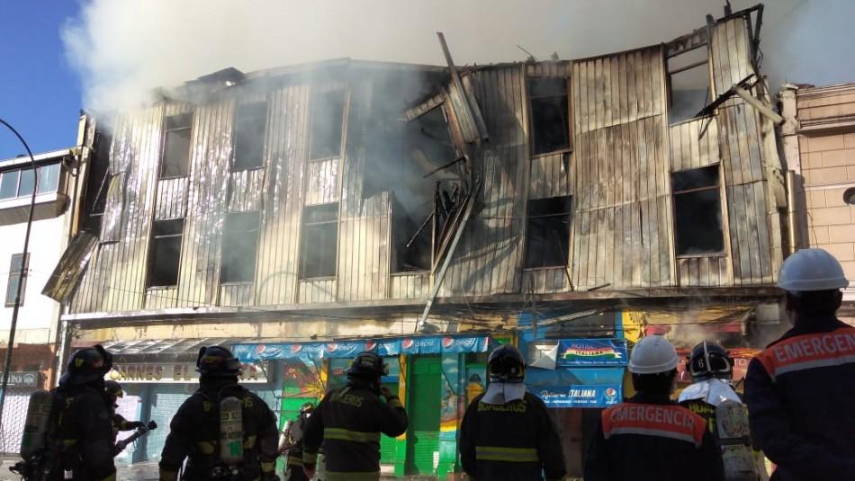 Gran incendio afecta a locales comerciales en Valparaíso