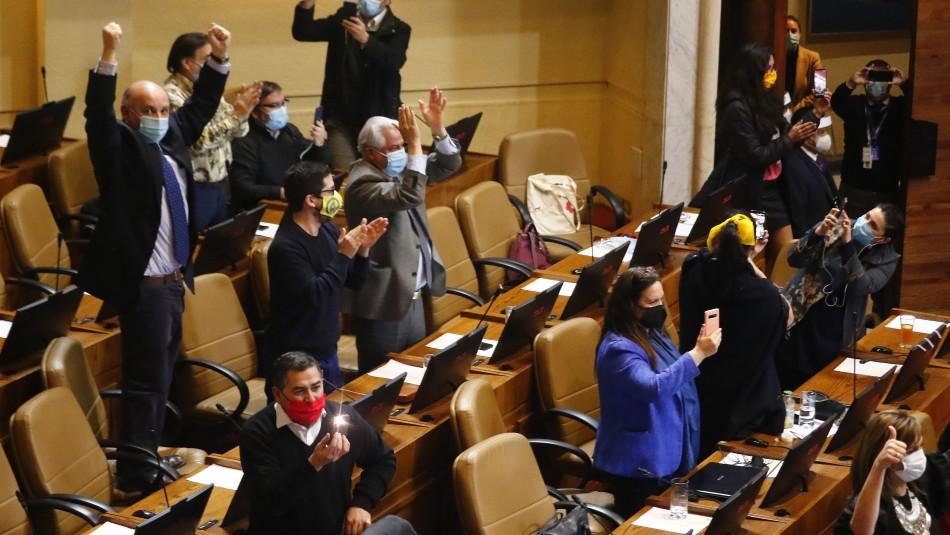 Aprobación 10% AFP: Diputados celebran cantando el himno nacional en el hemiciclo
