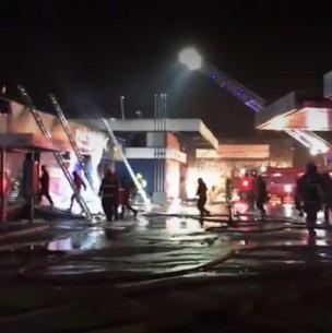 Se registran saqueos tras incendio que afectó a bodegas cercanas a un servicentro en Estación Central