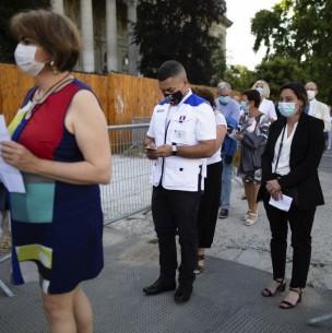 Francia obligará a usar mascarilla en lugares públicos cerrados a partir de próxima semana