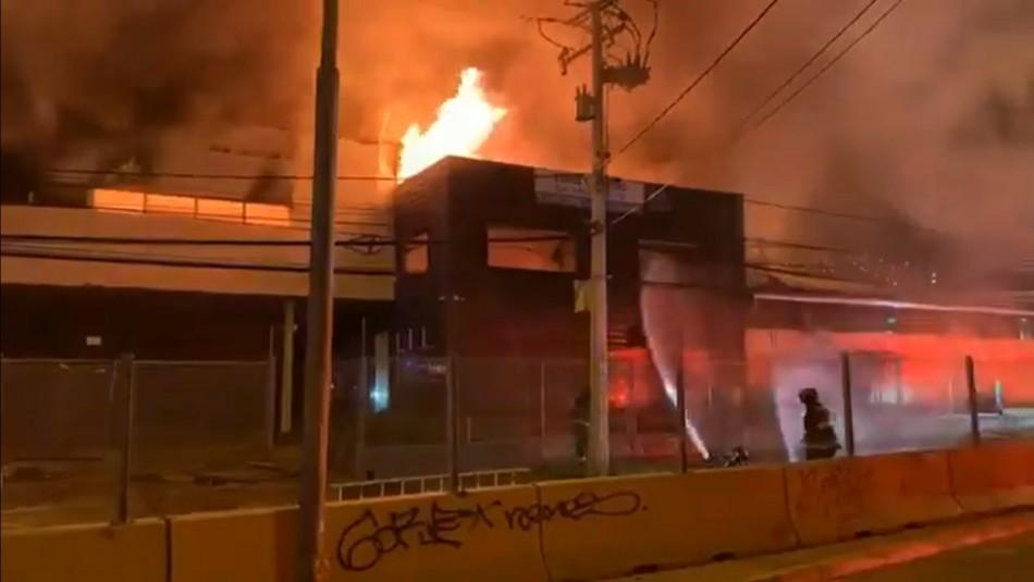 Gigantesco incendio afecta a exfábrica textil en Viña del Mar