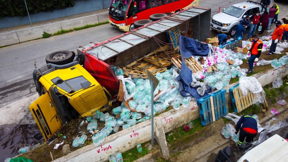 Camión con donación de mercadería volcó en el centro de Valparaíso