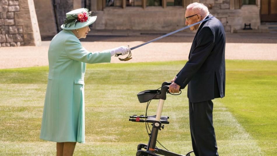 Veterano de la II Guerra Mundial que reunió fondos durante la pandemia es nombrado Caballero