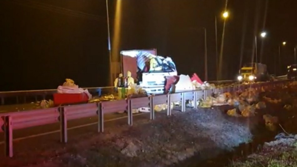 Camión choca y deja desechos médicos contra el coronavirus en calzada de Ruta 5 Norte en La Serena