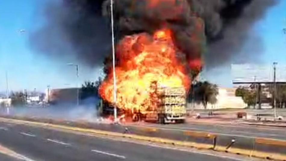 Videos registran camión repartidor de gas en llamas tras violenta explosión