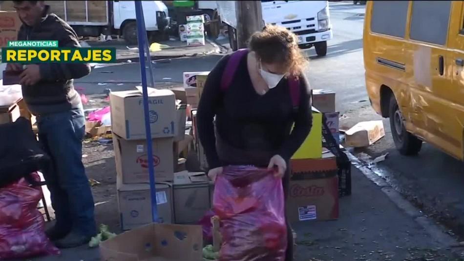 Pandemia de hambre: Personas buscan comida en sobras de la feria