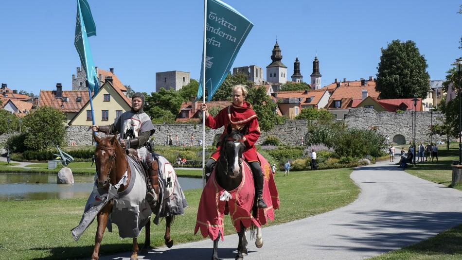 Caballeros medievales se pasean por calles de Suecia para hacer respetar el distanciamiento social