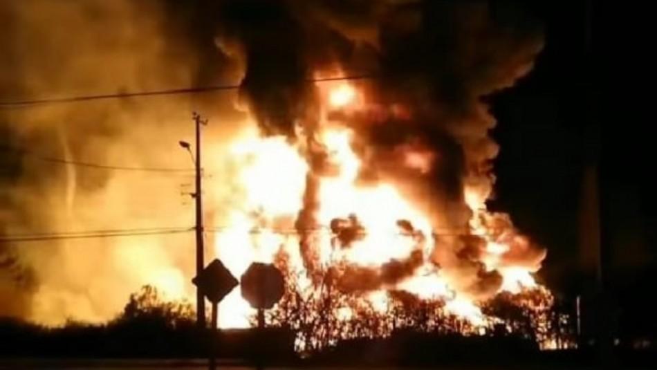 Gran incendio afecta a bodega de material plástico en Los Andes
