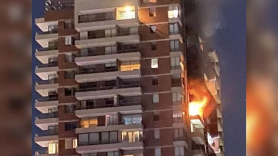 Incendio afectó a edificio ubicado en Las Condes