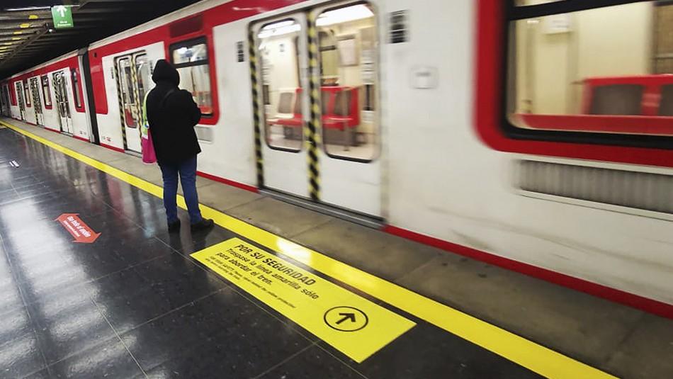 Metro de Santiago informa que desde este martes se adelanta el horario de apertura de sus puertas