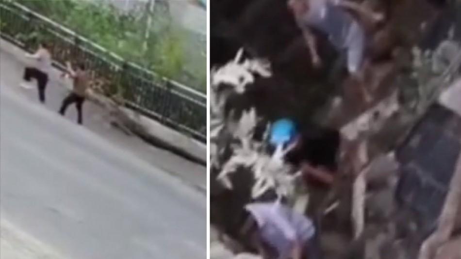 Video registra abertura de un socavón y caída de dos mujeres en China