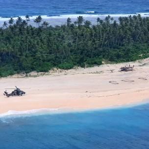 Gigantesco SOS en isla desierta del Pacífico salvó la vida de tres náufragos varados en medio de la nada