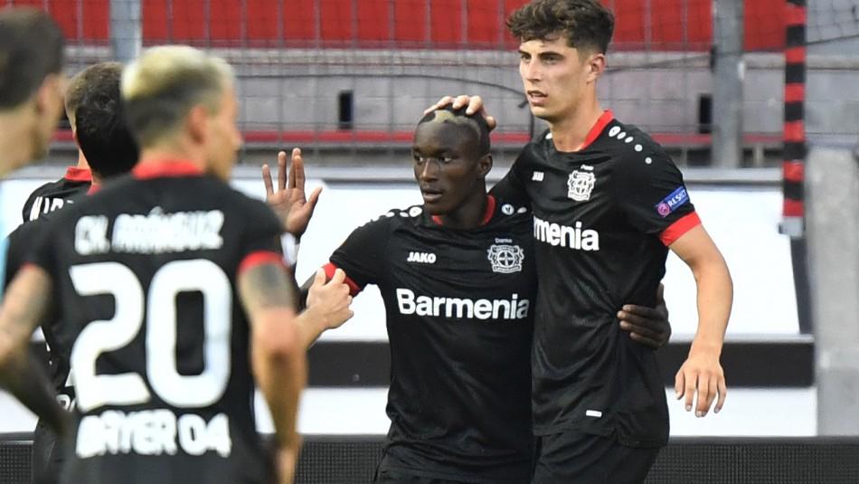 Charles Aránguiz celebra con Bayer Leverkusen.